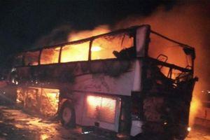 Xe buýt bốc cháy sau va chạm, 35 người nước ngoài thiệt mạng