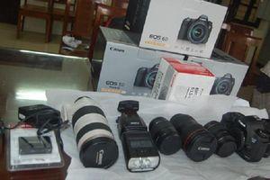 4 tên trộm bịt mặt vô hiệu hóa camera để cuỗm 11 máy ảnh