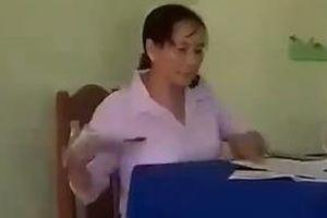 'Cô giáo chỉ vô tình ném vở học sinh xuống đất sau khi chấm điểm'