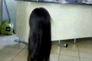 Nửa đêm, chồng tái mặt nhắn tin: 'Vợ ơi, làm ơn cất dùm bộ tóc giả,...'