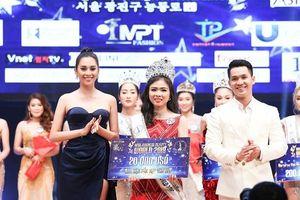 Tiểu Vy trao vương miện cho Tân Hoa hậu Doanh nhân sắc đẹp thế giới 2019