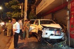 TP HCM: Ô tô mất lái, đâm thẳng vào nhà dân
