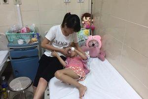 Bị bệnh ung thư xương hành hạ cháu bé 6 tuổi cầu xin được cắt chân