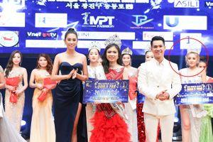 Chuyện thật như đùa: Ngân 98 đăng quang Á hậu được Hoa Hậu Tiểu Vy trao giải