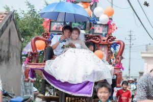 Màn rước dâu bằng 'kiệu' gây tranh cãi mạng xã hội