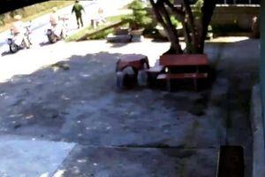 Dọn 2 bao tải rác giữa đường, CSGT được cộng đồng mạng cảm kích