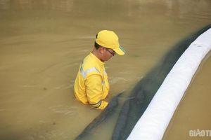 Lắp đặt hàng loạt tấm lọc dầu trên kênh dẫn vào nhà máy nước sông Đà