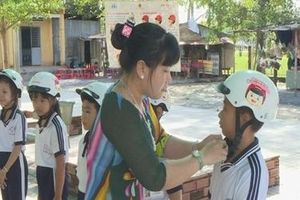 Phụ huynh đội MBH cho trẻ khi tham gia giao thông