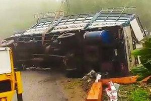 Quảng Ngãi: Xe tải lật úp trên đèo Vi Ô Lắc, 2 vợ chồng tử vong