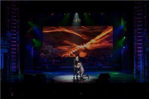 Duy Cường quỳ gối tạ ơn ba nuôi Ngọc Sơn trên sân khấu
