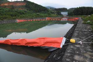 Giăng lưới lọc, thả vi sinh vật ăn dầu tại vùng nước sông Đà nhiễm bẩn