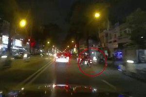 Chó thả rông băng qua đường, suýt gây tai nạn chết người tại TP.HCM