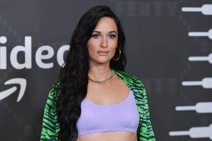 Báo quốc tế đồng loạt chỉ trích nữ ca sĩ Mỹ mặc áo dài không quần