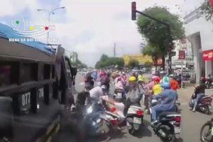 Clip ô tô tải tông hàng loạt xe máy đang dừng chờ đèn tín hiệu giao thông