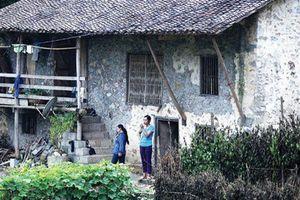 Dưới những ngôi nhà sàn đá độc đáo nhất Việt Nam