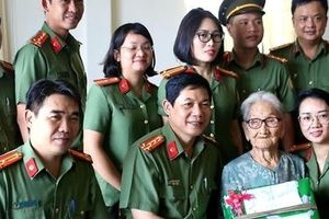 Cục Quản lý xuất nhập cảnh tri ân Mẹ Việt Nam Anh hùng