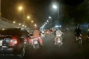 Tài xế ôtô tông ngã một gia đình đi xe máy rồi bỏ chạy