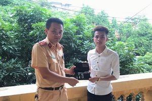 Người đàn ông xúc động khi được CSGT tỉnh Bắc Ninh tìm lại được chiếc ví đánh rơi