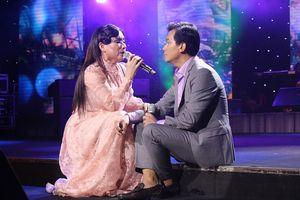 Mạnh Quỳnh – Phi Nhung tình tứ trên sân khấu