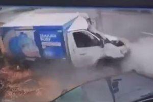 Va chạm với ô tô tại ngã tư, xe tải đâm cột điện đến nát đầu