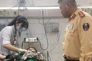 CSGT giúp người phụ nữ bị tai nạn đi cấp cứu