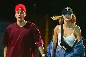 Vợ Justin Bieber mặc gợi cảm đi chơi tối