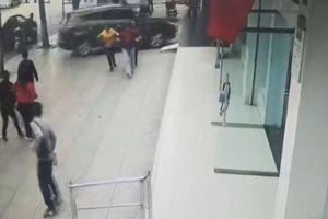 Ô tô 'điên' lao thẳng vào ngân hàng khiến một người tử vong