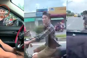 Clip gã trai bị ngó lơ khi xin đểu, lái xe máy cà khịa và cản đường ô tô ở TP.HCM