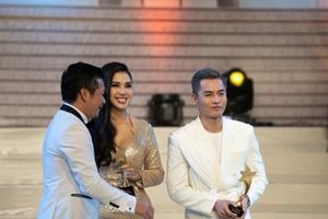 Nam Trung ẵm giải 'Người dẫn chương trình của năm' ở Harper's Bazaar Star Awards 2019
