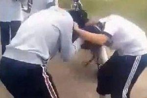 2 nữ sinh đánh nhau dữ dội giữa đường sau xích mích trên Facebook, nhóm học sinh chứng kiến hô hào cổ vũ gây bức xúc