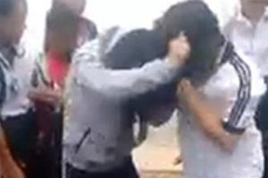 Hai nữ sinh 'quyết chiến' trước sự hò reo, cổ vũ của bạn bè