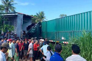 Xe container tông sập nhà dân ở Bình Định, cụ bà 75 tuổi tử vong