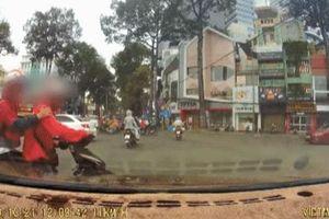 Tài xế xe công nghệ cầm gậy 3 khúc để 'dằn mặt' ô tô sau va chạm, kệ khách đứng giữa đường