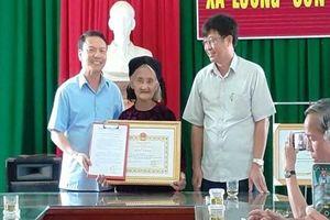 Cụ bà 83 tuổi đạp xe lên xã xin thoát nghèo được tặng bằng khen