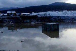 Phát hiện két sắt chứa 18 kg vàng trong khu nhà bị hư hại do vỡ đập nước