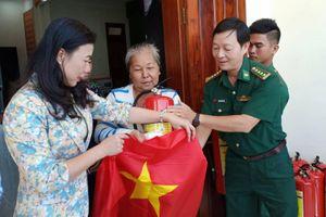 Tập huấn 'Tổ tự quản tàu thuyền an toàn' và tặng cờ Tổ quốc cho ngư dân