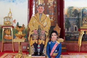Quốc vương Thái Lan bất ngờ tước mọi danh hiệu của Hoàng quý phi Sineenat Wongvajirapakdi