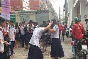 Hai nữ sinh lớp 8 túm tóc nhau tới tấp trước cổng trường ở Sài Gòn