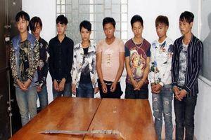 8 thanh niên 10X vác đao, chặn xe cướp tài sản của người đi đường