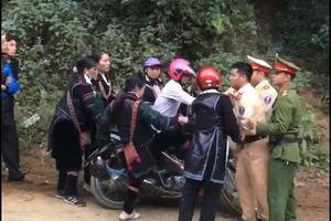 Phản cảm hình ảnh nhóm người chống đối Cảnh sát giao thông ở Lào Cai