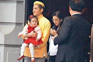 Con gái 2 tuổi của Quách Phú Thành nhún nhảy khi xem cha biểu diễn