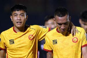 Cầu thủ Thanh Hóa thi đấu và ngóng tin nhắn kết quả trận HAGL