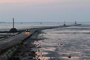 Con đường thường xuyên biến mất, đi chậm sẽ bị nước biển nhấn chìm