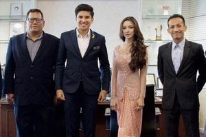 Mỹ nhân bí ẩn thu hút sự quan tâm khi xuất hiện bên cạnh bộ trưởng trẻ nhất Malaysia