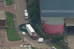 Anh: Phát hiện 39 thi thể trong thùng xe xe container