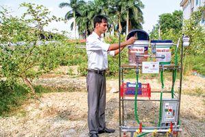 Thầy giáo quê lúa chế tạo thiết bị cho gà uống thuốc tự động
