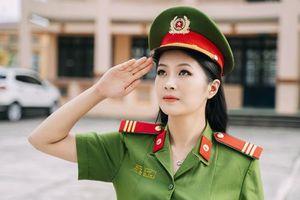 Xinh đã đành, nữ cảnh sát dân tộc còn chiếm sóng MXH bằng điều này