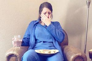 Bức ảnh nữ y tá suy sụp sau khi sinh non gây suy ngẫm