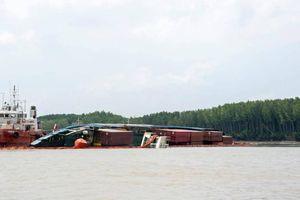 Đã hút được khoảng 50 tấn dầu từ bụng tàu chìm trên sông Lòng Tàu