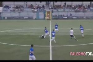 Khó tin cầu thủ sút bóng từ giữa sân xa 50m ghi bàn 'cháy' lưới thủ môn